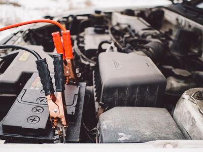 Przenośny akumulator rozruchowy, booster czy kable?
