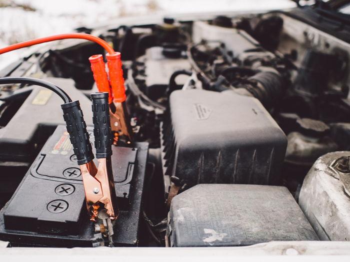 Jak ładować akumulator bezobsługowy i obsługowy?